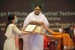 Amma recibe su tercer doctorado honorifico